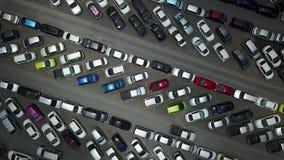 Vogelperspektive 4K des gedrängten Autoparkens stock video