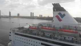 Vogelperspektive 4k des Kreuzfahrtschiffs stock footage