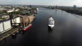 Vogelperspektive 4k des sich hin- und herbewegenden Kreuzfahrtschiffs Isabelle auf Fluss Daguava, Riga stock footage