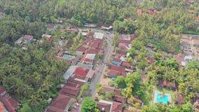 Vogelperspektive 4K des Stadt-, Straßen- und Autoverkehrs in Bali, Indonesien stock footage