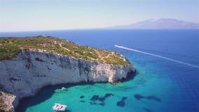 Vogelperspektive 4K UHD von blauen Höhlen Agios Nikolaoss in Insel Zakynthos Zante, in Griechenland stock video footage