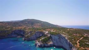 Vogelperspektive 4K UHD von blauen Höhlen Agios Nikolaoss in Insel Zakynthos Zante, in Griechenland stock footage