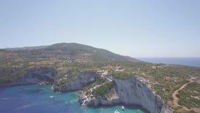 Vogelperspektive 4K UHD von blauen Höhlen Agios Nikolaoss in Insel Zakynthos Zante, in Griechenland - Klotz stock video footage