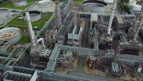 Vogelperspektive 4K um Öltanks in einer Raffinerie stock footage