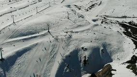 Vogelperspektive, Landschaft, Gebirgsschnee an einem Skiort stock video