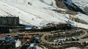 Vogelperspektive, Landschaft, Gebirgsschnee an einem Skiort stock footage