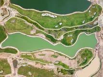 Vogelperspektive, landschaftlich gestaltetes grünes Feld mit See Stockfotografie