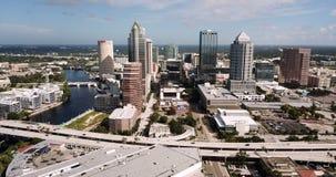 Vogelperspektive-Landstraße und im Stadtzentrum gelegene Stadt-Skyline Tampa Florida stock footage