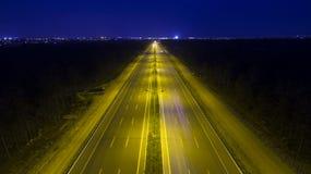 Vogelperspektive-Landstraßenstraßenverkehr nachts lizenzfreies stockfoto