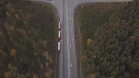 Vogelperspektive-LKW-Auto mit Containerparken auf roadsideat Landstraße stock footage