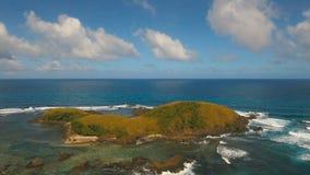 Vogelperspektive-Meerblick mit Tropeninsel, Strand, Felsen und Wellen Catanduanes, Philippinen stock footage