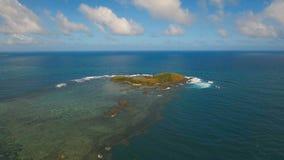 Vogelperspektive-Meerblick mit Tropeninsel, Strand, Felsen und Wellen Catanduanes, Philippinen stock video