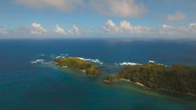 Vogelperspektive-Meerblick mit Tropeninsel, Strand, Felsen und Wellen Catanduanes, Philippinen stock video footage