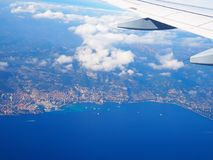 Vogelperspektive-Mittelmeer von der Fläche, Bergalpen, französisches Riviera, Taubenschlag d ` Azur, Nizza, Villefranche-sur-Mer, Lizenzfreies Stockbild