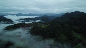 Vogelperspektive nebelig über grünem Berg in Chiang Dao, Thailand stock footage
