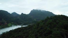 Vogelperspektive nebelig über grünem Berg in Chiang Dao, Thailand stock video footage