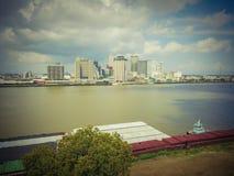 Vogelperspektive-New- Orleansstadtzentrum und -schlepper, die Lastkahn drücken stockfoto