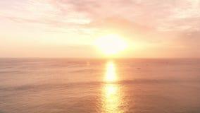Vogelperspektive in Ozean und Wellen mit warmem Sonnenuntergang beleuchten stock video footage