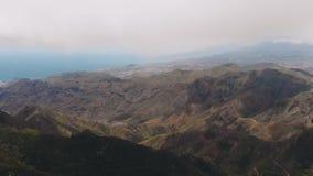 Vogelperspektive - Panoramablick eines grünen Tales in einem tropischen Klima Der Vogel fliegt vor der Brummenkamera stock video footage