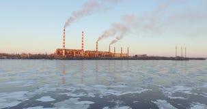 Vogelperspektive, Rauch von den Rohren des Wärmekraftwerkes stock video footage