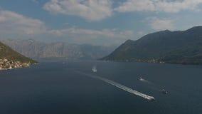 Vogelperspektive-Regatta von Segelbooten in der Boka-Bucht, Montenegro, adriatisches Meer lizenzfreie stockfotografie