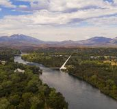 Vogelperspektive-Sacramento River Redding Kalifornien Tyrann Choop-Berg stockbilder