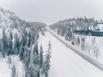 Vogelperspektive schneebedeckten Straßen-ADN-Holzes in der Landschaft Finnland Stockbild