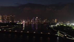 Vogelperspektive Singapurs Stadtdes bereichs unten in der Nachtzeit schuß Draufsicht des Flusses in Singapur in Marina Bay-Bereic stock footage