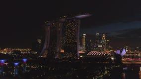 Vogelperspektive Singapurs Stadtdes bereichs unten in der Nachtzeit schuß Draufsicht von Singapur bis zum Nacht stock footage