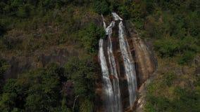 Vogelperspektive Siriphum-Wasserfall mit Kirschblütenblumen in Thailand stock footage