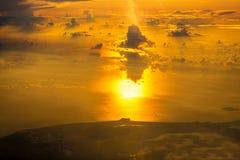 Vogelperspektive-Sonnenunterganghimmel vom Flugzeug Stockfotografie