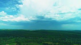 Vogelperspektive, steigen oben Bewegung Das kleine und nette Dorf wird über einem tiefgrünen Wald 4K hinaus versteckt stock video footage