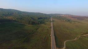 Vogelperspektive-Straße im Koniferenwald auf dem Baikalsee, Burjatien, Russland stock video footage