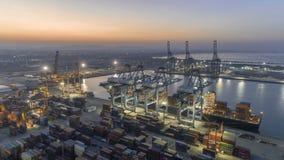 Vogelperspektive timelapse, das in der Dämmerung Fracht auf Containerschiff im Hafen Thailand entlädt stock footage