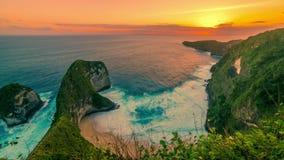 Vogelperspektive timelapse des riesigen Felsensonnenuntergangs Kelingking-Strandes in Nusa Penida, Indonesien stock video