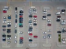 Vogelperspektive vieler Autos der verschiedenen Marken und der Farben, die in einem Parken stehen stockfotografie