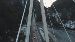 Vogelperspektive vom Brummen innerhalb der Brücke bei Sonnenuntergang stock footage