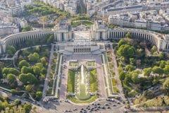 Vogelperspektive vom Eiffelturm auf Champ de Mars - Paris. Stockfoto