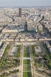 Vogelperspektive vom Eiffelturm auf Champ de Mars - Paris. Stockfotos