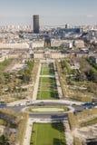 Vogelperspektive vom Eiffelturm auf Champ de Mars - Paris. Lizenzfreie Stockfotos