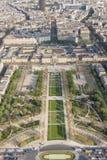 Vogelperspektive vom Eiffelturm auf Champ de Mars - Paris. Stockfotografie