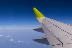 Vogelperspektive vom flachen Fenster mit Flugzeugflügel stockbild