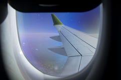 Vogelperspektive vom flachen Fenster mit Flugzeugflügel und Andengebirgszug unten stockbild