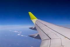 Vogelperspektive vom flachen Fenster mit Flugzeugfl?gel stockfotografie