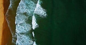 Vogelperspektive vom Fliegen-Brummen von den Meereswogen, die auf Strand zerquetschen lizenzfreies stockfoto