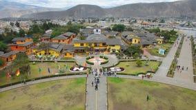 Vogelperspektive vom turistic Mittel Ciudad Mitad Del Mundo nahe der Stadt von Quito stockfotografie