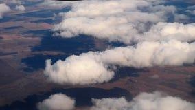 Vogelperspektive von absteigendem Flugzeug stock footage