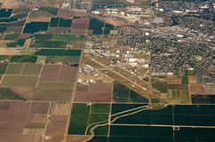 Vogelperspektive von Ackerland-Erntefeldern in USA Stockfotos