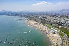 Vogelperspektive von Agua Dulce-Strand im Bezirk von Chorrillos lizenzfreies stockfoto