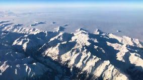 Vogelperspektive von Alpenbergen unter Italien, Österreich und Schweizer Formfläche, Video der Gesamtlänge 4k stock footage